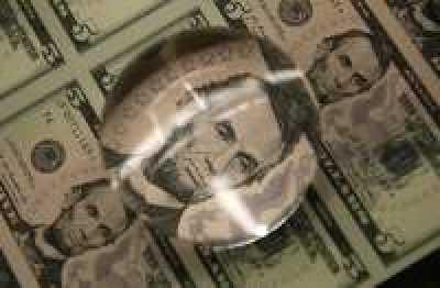 Доллар терпит потери, однако спрос все еще велик